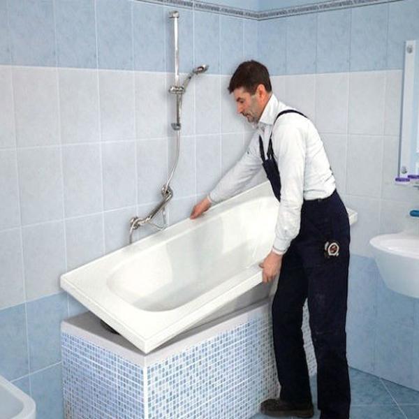 Фото вставки акрилового вкладыша в ванную мастером