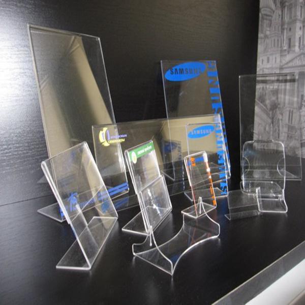 Разновидности стоек из оргстекла для различных целей